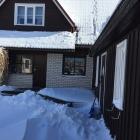 Sissepääs puhkemajja lumine