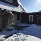 Vaade puhkemajale lumine